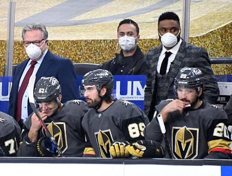 Vegasin urheilujohtaja Kelly McCrimmon (vas.) kantoi vastuuta joukkueensa pelistä, kun koko valmennuskuusikko oli laitettu karanteeniin.