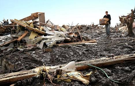 Matt Johnson pelasti tiistaina tavaroita isovanhempiensa kodin raunioista Mooren kaupungissa, jota pyörremyrsky riepotteli.