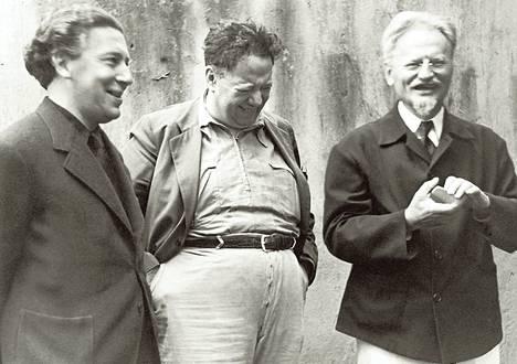 André Breton (vas.) ja Lev Trotski (oik.) vaimoineen asuivat 1930-luvulla Frida Kahlon ja Diego Rivieran (keskellä) luona Méxicossa.
