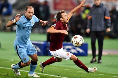 Pablo Zalabeta (vas.) sinetöi maalillaan Cityn jatkopaikan ja otti välillä kontaktia AS Roman Adem Ljajićin kanssa.