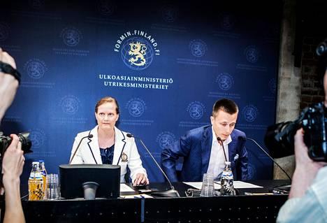 Leila ja Atte Kaleva tapasivat toimittajia torstaina Helsingissä ensimmäistä kertaa vapautumisensa jälkeen.