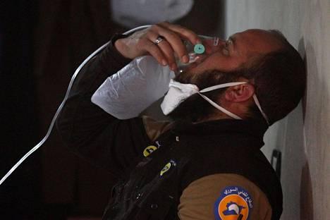 Pelastushenkilökunnan jäsen hengitti happea Khan Sheikhunin ilmaiskujen jälkeen tiistaina Syyriassa.