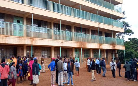 Vanhemmat ja opettajat kokoontuivat lähelle onnettomuuspaikkaa Kakamegan peruskoululla Keniassa maanantaina.