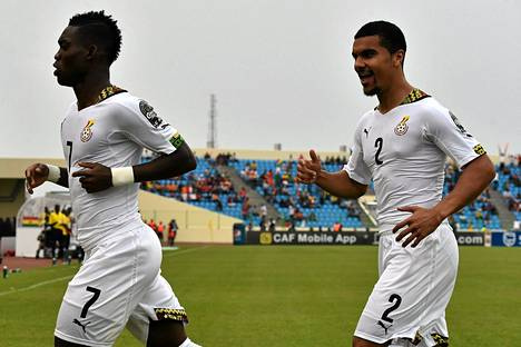 Christian Atsu (vas.) ja Kwesi Appiah upottivat Guinean.