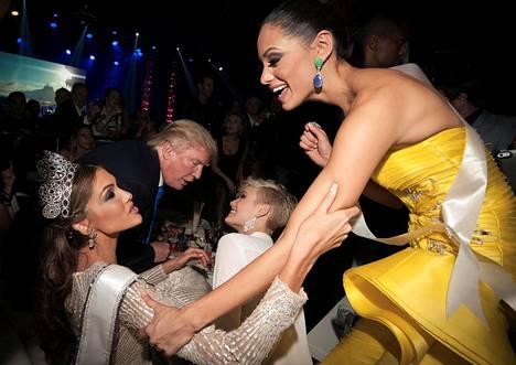 Donald Trump keskusteli Moskovassa vuonna 2013 järjestetyissä Miss Universum -kisoissa Miss Sveitsin Dominique Rinderknechtin kanssa. Etualalla Miss Puerto Rico Monic Pérez (oik.) onnittelee Miss Universumiksi kruunattua Gabriela Isleria.