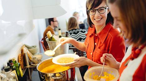 Pia Alapeteri (vas.) avasi kotinsa ovet päivällisvieraille Kalasataman ainoassa Ravintolapäivän ravintolassa. Kokkailuissa avustaa Pian sisko Miia Alapeteri.