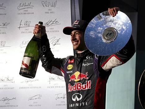 Red Bullin Daniel Ricciardo ehti juhlia kauden avauskisassaan kakkossijaa ennen hylkäystään.