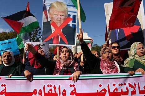 Palestiinalaisnaiset osoittivat sunnuntaina mieltään Trumpin Jerusalem-päätöstä vastaan Gazan kaistalla.