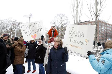 Tampereen yliopiston henkilökunta ja opiskelijoiden edustajat marssivat ulos työpaikaltaan Tampereella torstaina.