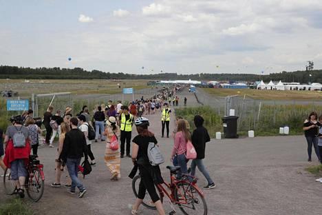 Yleisöä vaelsi pitkinä letkoina Malmin lentokentälle tiistaina iltapäivällä.