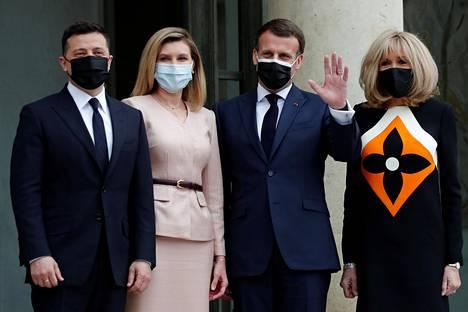 Ranskan presidentti Emmanuel Macron ja puoliso Brigitte Macron vastaanottivat Ukrainan presidentin Volodymyr Zelenskyin ja Olena-puolison Pariisissa perjantaina.