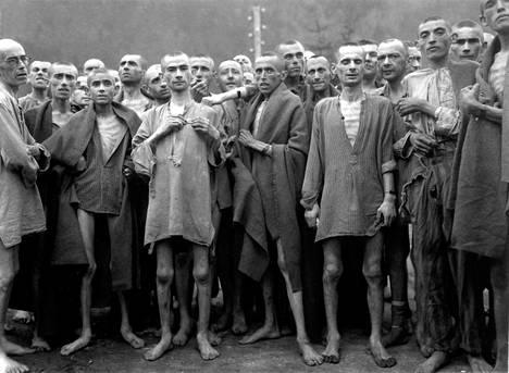 Yhdysvaltain armeijan vapauttamia juutalaisvankeja Ebenseen keskitysleirillä 7. toukokuuta 1945.