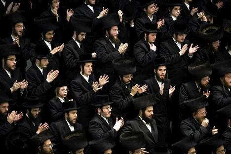 Ultraortodoksijuutalaiset laulavat Purim-juhlassa Bnei Brakissa helmikuussa. Juhlassa muistetaan Persian juutalaisten pelastumista juonesta, jolla Kserkses-kuninkaan neuvonantaja Haman yritti tuhota heidät.