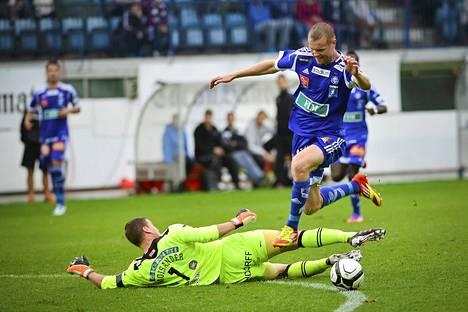 HJK:n Juho Mäkelä loikkasi yli TPS:n maalivahdin Henrik Moisanderin, ja teki maalin syyskuussa 2012 pelatussa ottelussa.