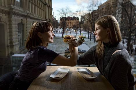 PS Olen vegaani -kanavalta tunnetut Paju Dare (vas.) ja Minni Väärä lähtivät testaamaan vegaanisia hampurilaisia.