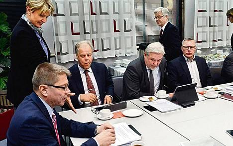 Noin puolen miljoonan suomalaisen työehdoista päättävät kunta-alan neuvottelijat tapasivat maanantaina Kuntatalolla Helsingissä. Puhetta johti Kuntatyönantajien työmarkkinajohtaja Markku Jalonen (vas.).