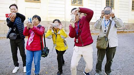 Ryhmä turisteja Kiinan miljoonakaupunki Kantonista otti kuvia HS:n kuvaajasta ja toimittajasta perjantaina Drottningholmin linnan edustalla kysyttyään ensin kuvaamiseen lupaa. Ryhmä oli saapunut Kööpenhaminasta ja aikoi jatkaa viikonloppuna matkaansa Helsinkiin.