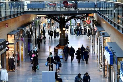 Espoon Iso Omenan kauppa vilkastui metron avaamisen jälkeen.