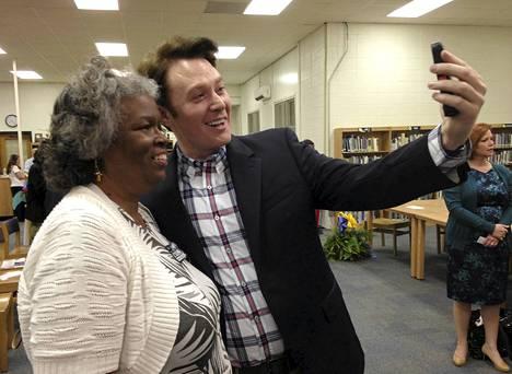 Clay Aiken (oik.) ottamassa valokuvaa itsestään ja äänestäjästä kampanjansa yhteydessä huhtikuun lopulla.
