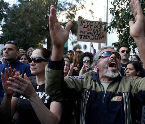 """""""Jos he eivät anna meidän unelmoida, me emme anna heidän nukkua"""", luki mielenosoittajien julisteessa Kyproksen pääkaupungissa Nikosiassa."""
