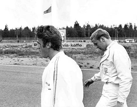 Freddy Kottulinsky ja Matti Lamminen astelevat rinnakkain onnettomuuspaikalta varikolle. Kottulinskyn ohimon verijuova kertoo äsken käydyistä jännittävistä ja tiukoista sekunneista.