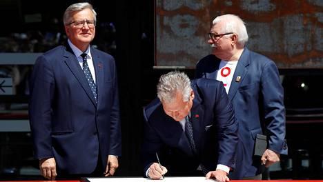 Kaikki kolme elossa olevaa Puolan entistä presidenttiä eli Bronisław Komorowski (vas.), Aleksander Kwaśniewski ja Lech Wałęsa kuvattuna Gdańskissa viime kesäkuussa Puolan ensimmäisten vapaiden parlamenttivaalien 30-vuotisjuhlapäivänä.
