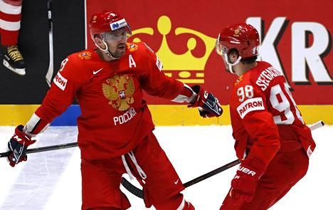 Aleksandr Ovetskin (vas.) juhlii Mihail Sergatsjovin kanssa tekemäänsä maalia.