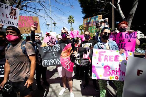 Fanit osoittivat mieltään 17.3.2021 Britney Spearsin holhouksesta vapauttamisen puolesta Los Angelesissa.
