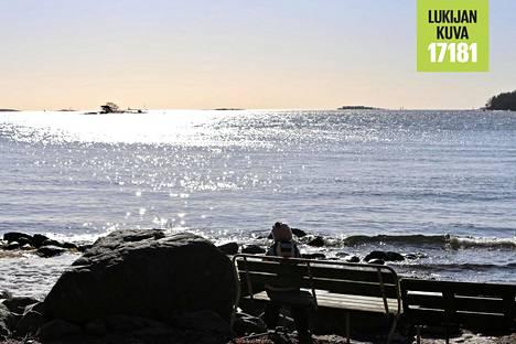 Keväinen aurinko kimmelsi meren pinnassa Helsingin Lauttasaaressa sunnuntaina.