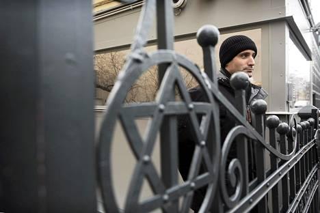 Helsingin juutalaisen seurakunnan puheenjohtaja Yaron Nadbornik seurakunnan keskuksen portilla Kampissa.