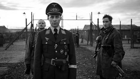 Max Hubacher onnistuu roolissaan kapteeniksi tekeytyvänä Willi Heroldina. Hyvää taustatukea antavat Milan Peschel (vas.) ja Frederick Lau (oik.).