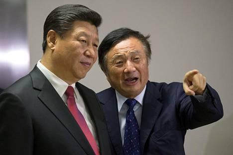 Kiinan presidentti Xi Jinping (vas.) ja Huawein perustaja Ren Zhengfei Huawein toimistolla Lontoossa.