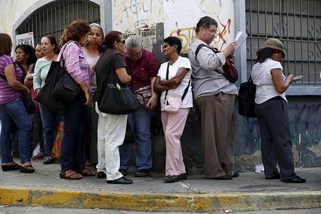 Pääkaupunki Caracasin asukkaat jonottivat ostamaan kaupasta kanaa tammikuun lopussa.