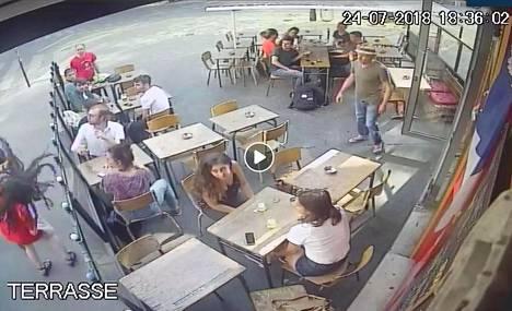 Kahvilan valvontakamera tallensi hyökkäyksen.