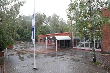 Lippu oli puolitangossaTiistilän koululla maanantaina.