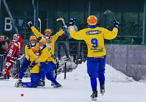 OLS:n Tommi Pikkuhookana, Ilari Nikuja ja Samuli Koivuniemi (kädet ylhäällä) juhlivat maalintekijä Jarmo Mällisen ympärillä.
