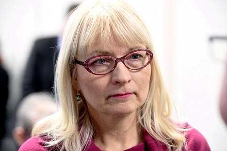 Sosiaali- ja terveysministeriön osastopäällikkö, ylijohtaja Päivi Sillanaukee hallituksen tiedotustilaisuudessa 27. helmikuuta.
