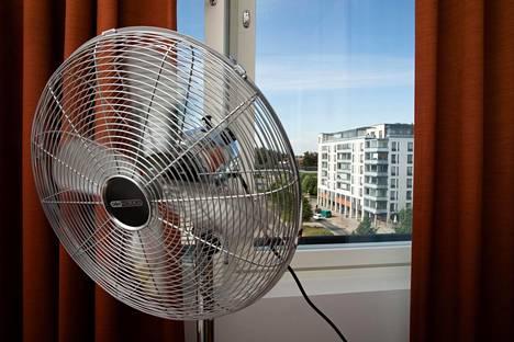 Erilaiset tuulettimet ja viilennysratkaisut ovat suosittuja hellekeleillä.