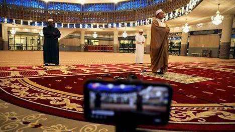 Imaami johti rukousta tyhjässä kansallismoskeijassa Malesian pääkaupungisssa Kuala Lumpurissa. Kuva on torstailta, Ramadan alkoi keskiviikkona.