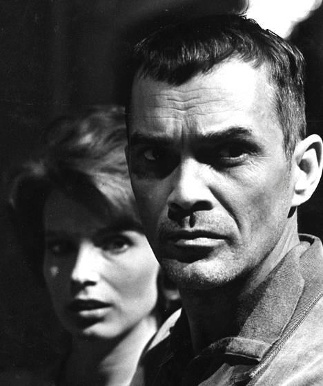 """Ingmar Bergmanin yli vuoden meillä sensuurin katselmuksessa ollut ja kiistelty """"hiljaisuus"""" on nyt vihdoin saatu ohjelmistoon joskin muutamalta kohdin saksittuna ja edelleen myös rangaistusveroluokkaan sijoitettuna. Kuvassa Anna ja muukalainen, Gunnel Lindblom ja Birger Malmsten."""
