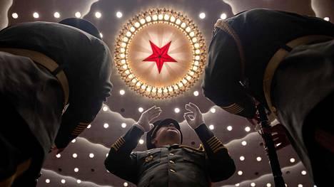 Sotilasorkesterin kapellimestari johti konserttia, joka järjestettiin koronaviruksen vastaisessa taistelussa kunnostautuneiden kunniaksi Pekingissä syyskuun alussa.
