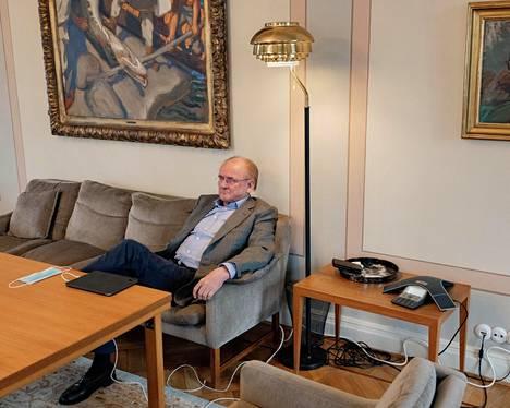 """""""Vanha ajatus siitä, että meidän pitäisi mieluummin olla lähellä Euroopan ydintä kuin kaukana siitä, ei tunnu yhtään hölmöltä"""", sanoo Antti Herlin. Hänet kuvattiin Munkkiniemen kartanossa."""