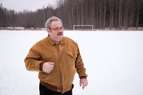 Entinen ilotulitekauppias Aku Porkola Helsingin Munkkivuoressa jalkapallokentällä, jossa yleensä uudenvuodenyönä ammutaan raketteja.