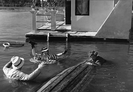 Vuonna 1939 ensi-iltansa saaneen Punahousut-elokuvan loppuosa on kuvattu Räsälässä. Elokuvassa nähdään sekä saunalautta että Isakin linnana tunnettu asuinrakennus.