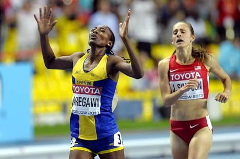 Ruotsin Abeba Aregawi voitti Moskovan kisoissa vuonna 2013 MM-kultaa 1 500 metrillä. Jenny Simpson joutui tyytymään hopeamitaliin.