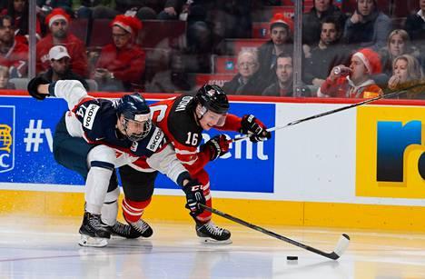 Slovakian Erik Cernak (vas.) kamppaili kiekosta Kanadan Max Domin kanssa nuorten MM-turnauksen ottelussa.