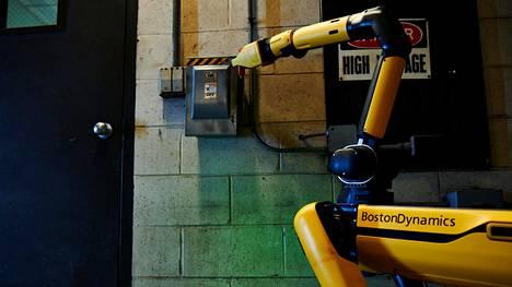 Boston Dynamics lupaa, että Spot kykenee nyt esimerkiksi kääntämään vipuja.