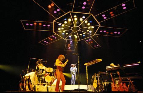 Yes konsertoi Lontoon Wembley Arenalla lokakuussa 1978. Kuvassa etualalla kitaristi, Steve Howe, keskellä laulaja Jon Anderson.