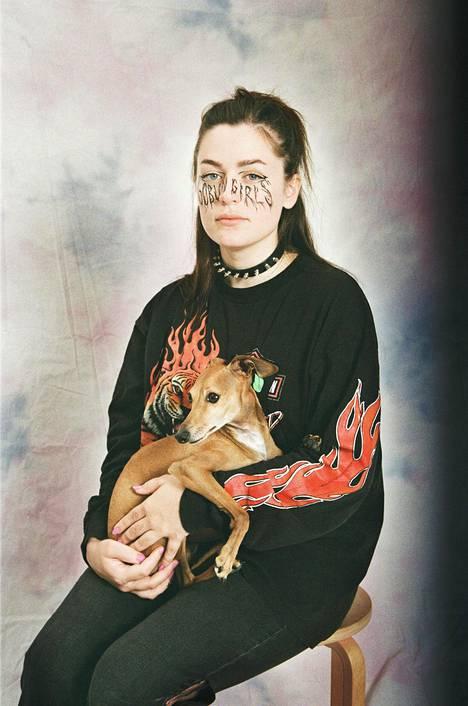 Moa Romanovan esikoisteos on käännetty seitsemälle kielelle. USA:ssa albumi ilmestyi nimellä Goblin Girl, ja Romanova juhlisti käännöstä maalaamalla tittelin kasvoihinsa.