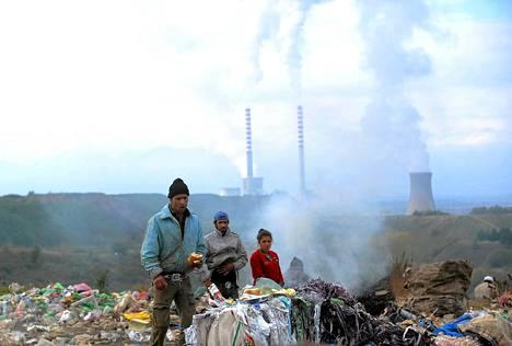 Paikalliset keräsivät muovipulloja lämpövoimalan lähellä tiistaina Bitolan kaupungissa Makedoniassa. Voimala on maan suurin sähköntuotantolaitos mutta myös suurin saastuttaja. Virallisen tiedon mukaan Bitolan kaupunki ylittää sallitut päästörajat 180 päivänä vuodesta. Arviolta 40 prosenttia makedonialaisten pahanlaatuisista sairastumisista tilastoidaan Bitolan alueella.